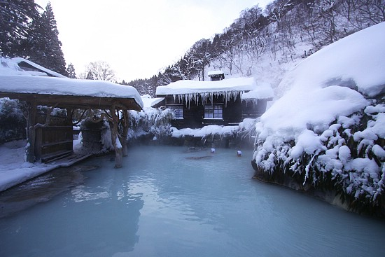 An onsen in winter. Image from http://www.japan-guide.com/blog/schauwecker/111231.html